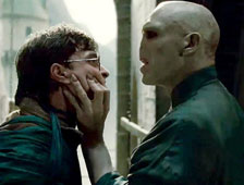 Foto de Harry Potter and the Deathly Hallows: Part 2 muestra a Harry caminando entre los muertos
