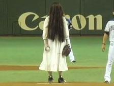 Vídeo: Espíritu de The Ring lanza primera bola en juego de béisbol japonés