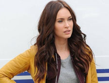 Fotos de Megan Fox con la chaqueta amarilla en el set de Teenage Mutant Ninja Turtles ademas, vídeo de la escena del trampolín de Fox
