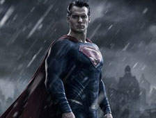"Foto: Mejor vistazo a Henry Cavill con el traje de Supermán en el set de ""Batman v Superman: Dawn of Justice"""