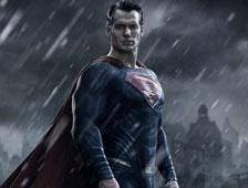 Henry Cavill hace el reto del cubo de agua helada con el traje de Supermán