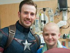 Fotos: Chris Evans visita un hospital infantil vestido como el Capitán América